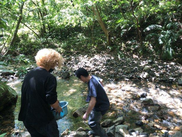 近くの渓流に染め物を運んで最終工程。