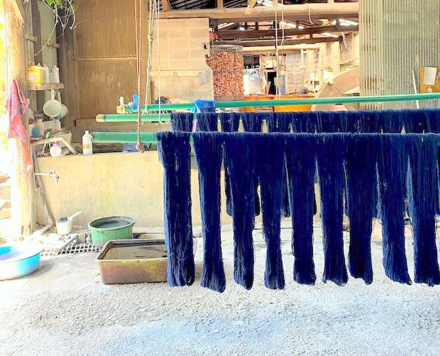染め上げられた大島紬の美しい絹糸。