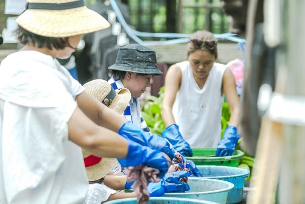 奄美の泥を持ち込んで染色のワークショップを展開。