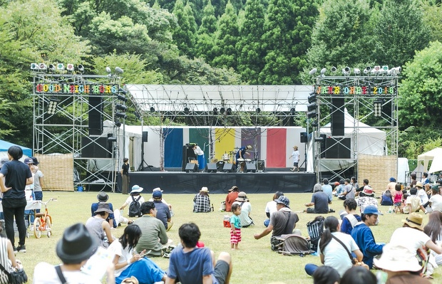 2016年のGNJのステージ装飾は、金井さんと一緒に奄美の泥染め/草木染めで制作。