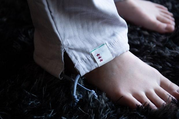 「ボリーのPAJAMA」のウエストと裾口はアジャスター紐付きのため、好みのサイズ感に調節可能。