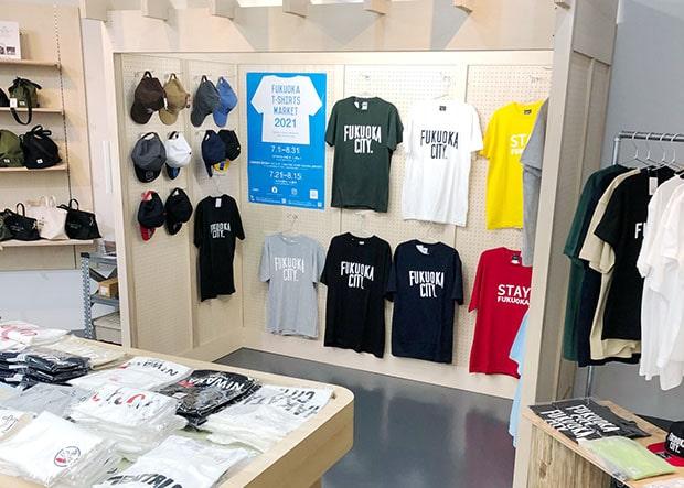 Tシャツやキャップなどの他にも福岡土産が勢揃い。