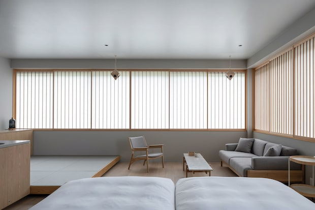 〈MIROKU 奈良 by THE SHARE HOTELS〉の客室内部。