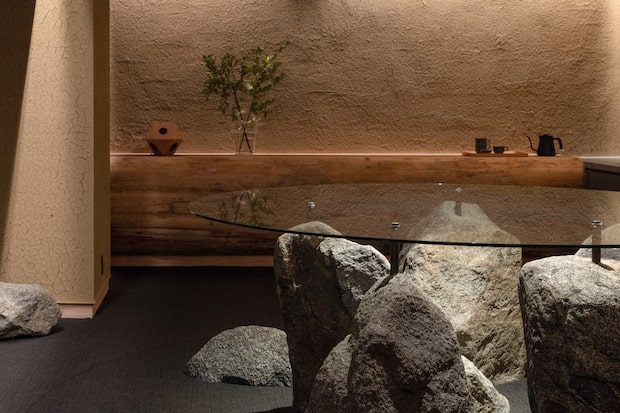 宿泊者専用の地下ラウンジは、Fumihiko Sano Studioがデザイン。吉野杉や飛鳥石などの奈良産の素材を活かした、趣のある空間です。セルフサービスでお茶を楽しめるほか、自動販売機やコインランドリーも併設。