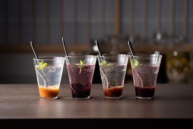 1階の〈CAFE & BAR MIROKU TERRACE〉では、地域のクラフトビールや果実酒などが提供され、隣接するテラスで楽しむこともできる。