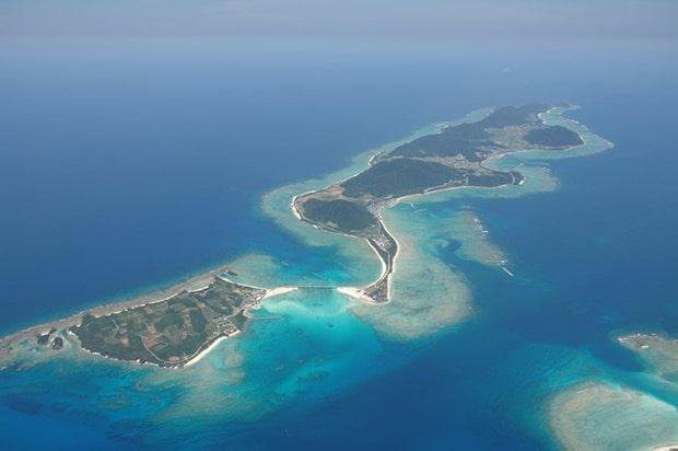 〈IHEYA ISLAND RUM〉の故郷、伊平屋島はエメラルドグリーンの美しい海に囲まれた沖縄本島から北へ41キロメートルの沖縄最北端の島です。