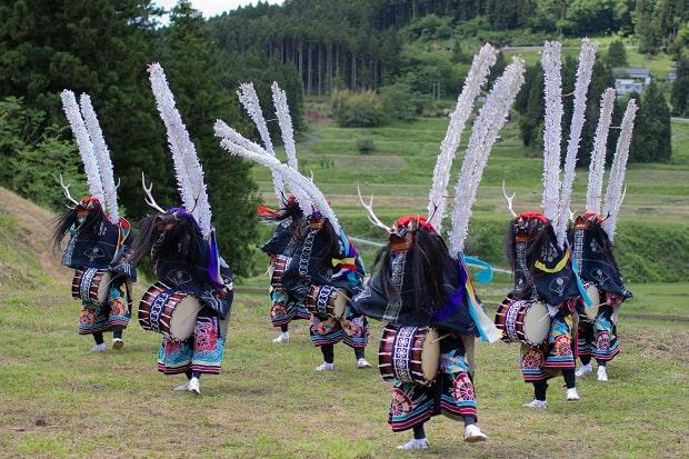 独特な衣装の鹿踊。上半身を覆う「前幕」は、上下二枚を縫い目(ステッチ)で結び合わせて一枚の幕に仕立て、紋様を染め抜いているのが特徴。写真は行山流舞川鹿子躍。