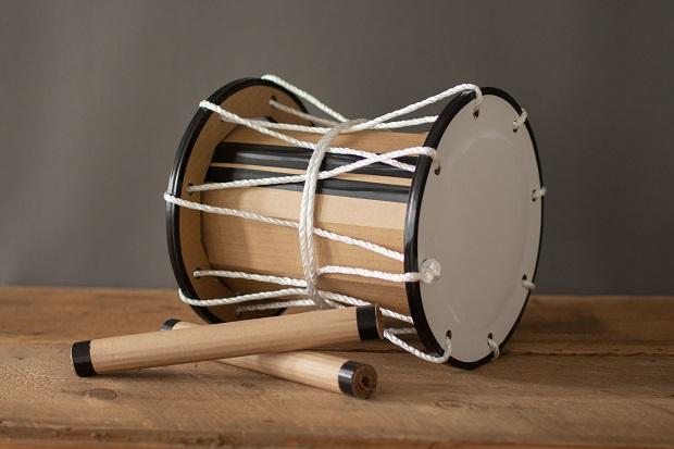 太鼓は、岩手県一関市室根町で郷土芸能の太鼓をつくり続ける〈小山太鼓店〉との共同開発。