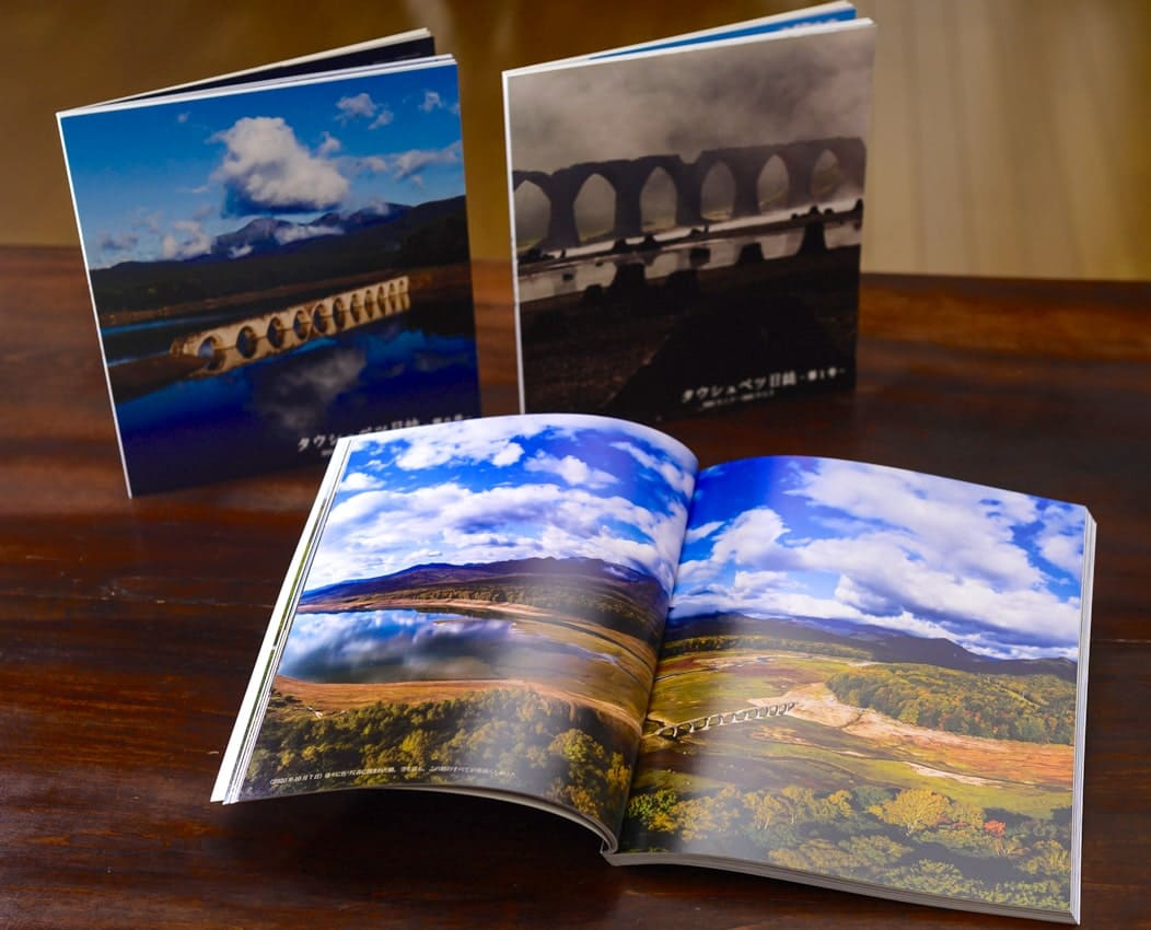 左奥から時計回りに、『タウシュベツ日誌』シリーズの第0号、第1号、第2号。