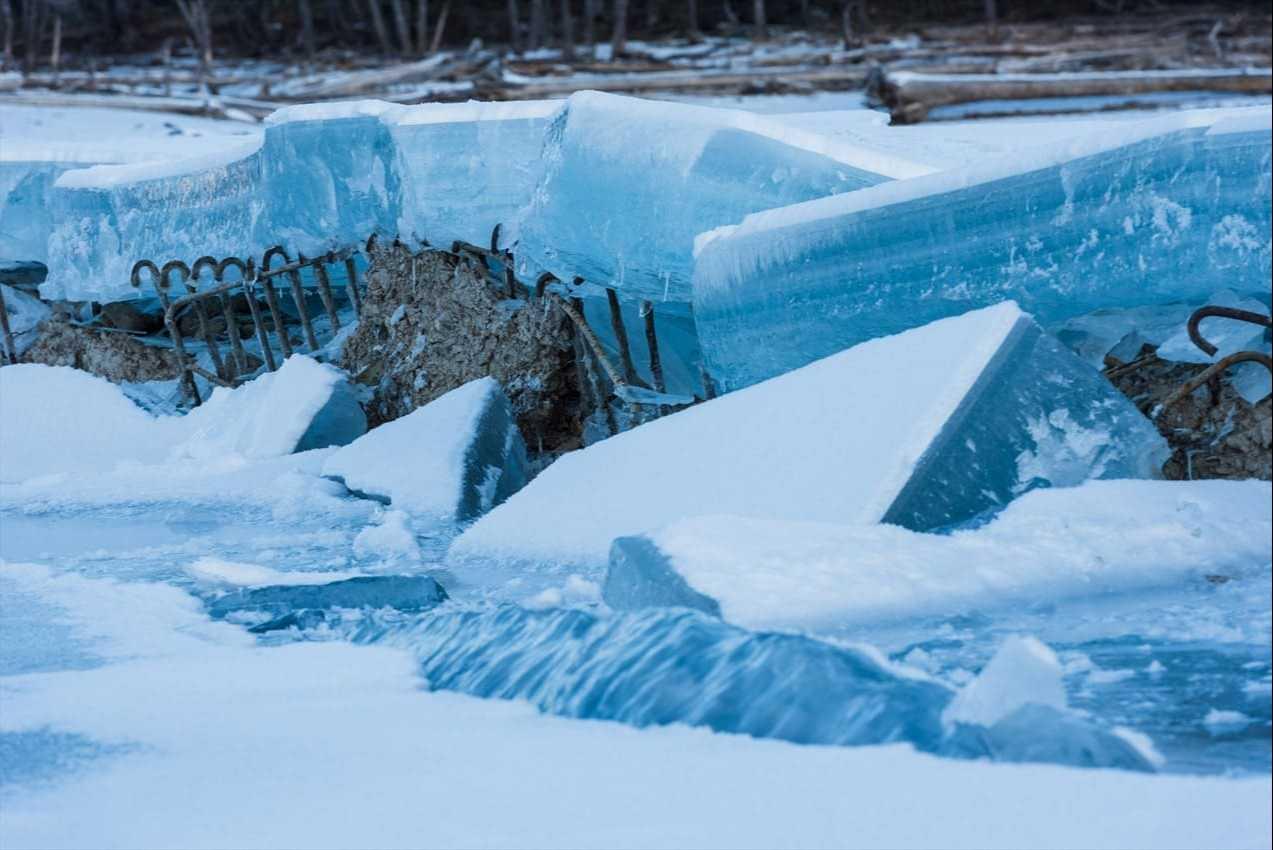 氷の下から姿を現す橋。コンクリートが崩れ、鉄骨がむき出しの部分も(2020年1月撮影)。