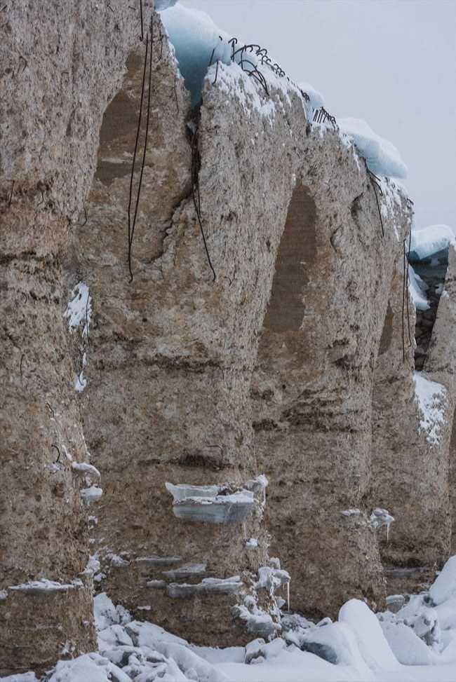 氷に削られ、表面がボロボロに(2020年3月撮影)。