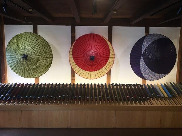 県内唯一の和傘セレクトショップ「和傘CASA(カーサ)」。店内では番傘、蛇の目傘から日傘まで常時60本近く用意。