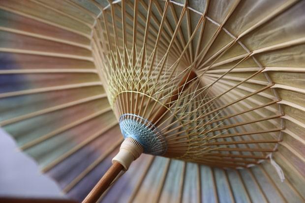 和紙や竹を用いてつくられる岐阜和傘。江戸時代後期から製造が始まり、昭和20年代には年間1500万本もの和傘が生産されたそう。