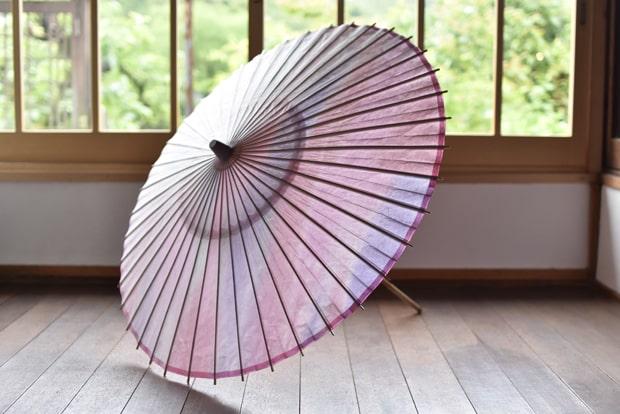 日傘【二重張 移ろい ピンク】66000円。幻想的なピンクからラベンダーのグラデーション。表は美濃手漉き和紙、内側にはぼかし染を施した異なる和紙を使用。二重張りの贅沢な逸品です。