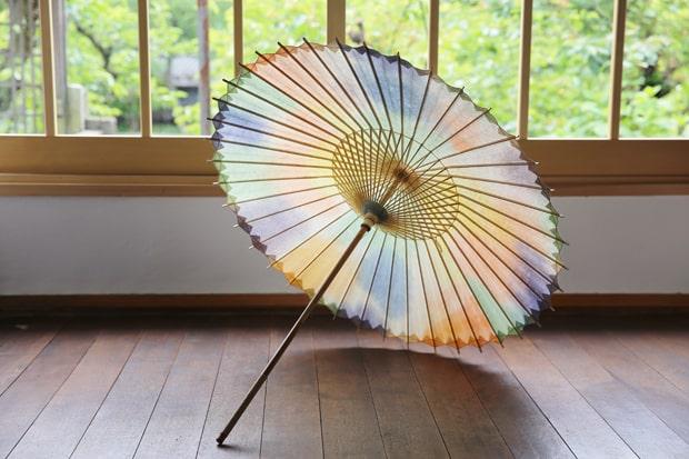 日傘【網代 かすみ染め カラフル】66000円。軒(傘の外周部分)に2本の軒糸を交差させることで、ギザギザとしたラインが美しい日傘に。かすみ染めと名付けられたオリジナルの染めで、日傘ごとに風合いが変わります。