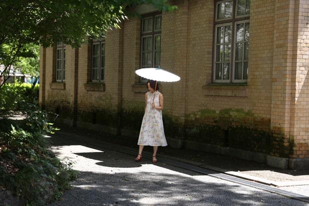 小ぶりで軽く、扱いやすいのが日傘のメリット。さらに和紙には光を拡散させる効果があるといわれている。