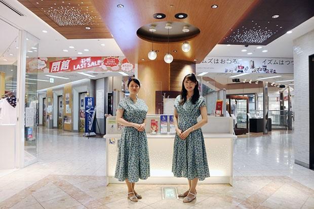 左からインフォメーションの小田原さとみさん、原田真梨子さん。笑顔が眩しいです!