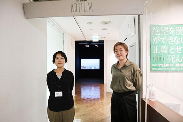 左から、アルティアムの井上野花さん、アルティアム併設のアートショップ〈ドットジー〉齊藤このみさん。