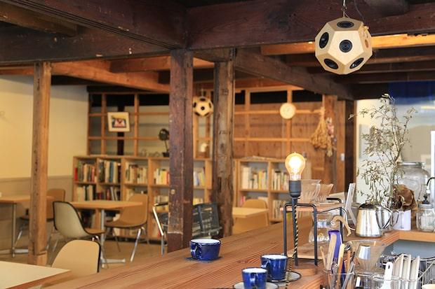 隠岐諸島に属する西ノ島町に、ただひとつあるコーヒーショップ〈Sailing Coffee〉の店内。
