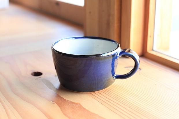 松江の袖師窯で作られたオリジナルのコーヒーカップは、隠岐の海をイメージした鮮やかなブルー。