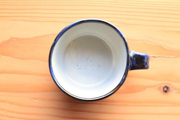 カップの底には〈Sailing Coffee〉のサブグラフィック(帆と波)が刻印されている。
