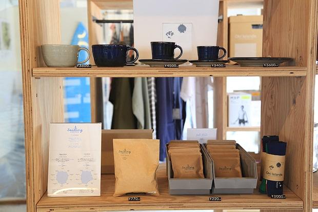 コーヒー豆やドリップバッグ、コーヒーカップ、〈Sailing Coffee〉の運営を行う〈Oki Islands Inc.〉のオリジナルアイテムも販売。