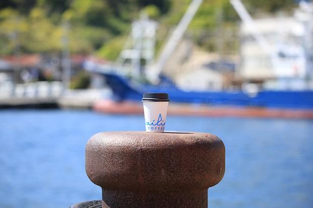 西ノ島の文化の交差点〈Sailing Coffee〉。地元の人の憩いの場として、今日も西ノ島の穏やかな空気とともに運営されている。