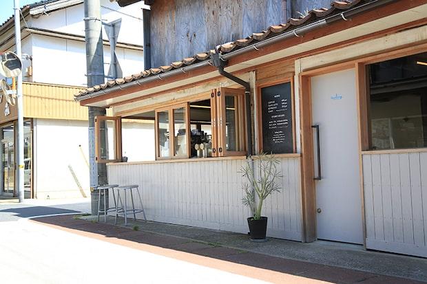 内と外をつなぐ開放的なファサードが特徴の〈Sailing Coffee〉。人々の交流が生まれやすいようにリノベーションされてる。