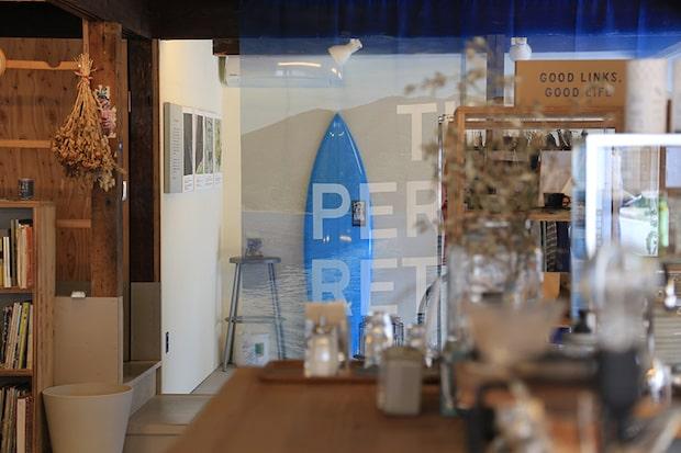 奥の〈Sailing Coffee〉カラーのサーフボードは、西ノ島出身のシェーパー、谷田雄一郎さんに作ってもらったもの。