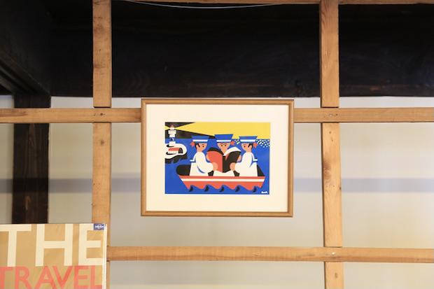〈Sailing Coffee〉の店内には、イラストレーターのオカタオカさんやzuckさんなどの作品が飾られている。