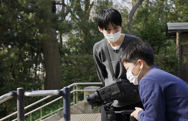 「つくりかけラボ02 志村信裕 影を投げる」8ミリフィルムワークショップ。美術館周辺で撮りたいものを見つけて撮影し、1分間の映像作品に。(写真提供:千葉市美術館 撮影:丸尾隆一)