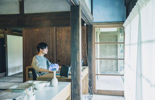家で映像作品を編集中の志村さん。