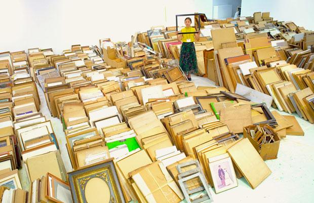 優美堂から運び出した約3000点以上の額。(写真提供:東京ビエンナーレ)