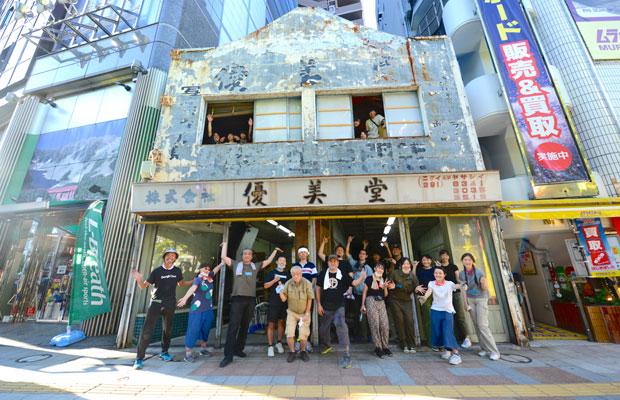 優美堂の大掃除に集まった30名以上のボランティア。(写真提供:東京ビエンナーレ)