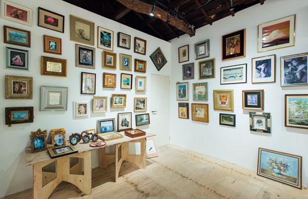 額縁を製造販売していた優美堂。その額に入った作品を展示する「ニクイホドヤサシイ/千の窓」展を開催中。