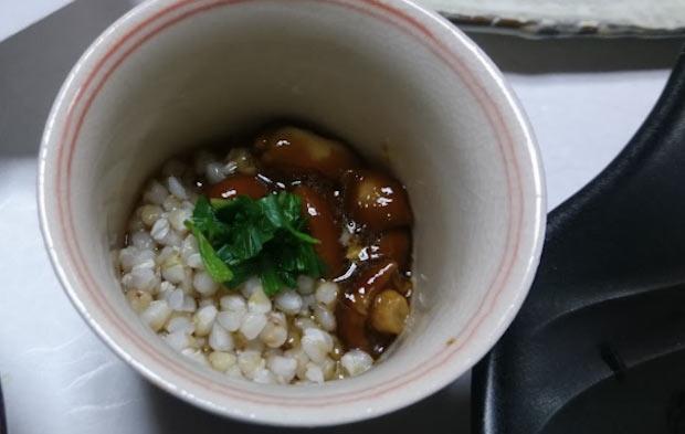 こちらは、麺つゆで和えたなめことそばごめを混ぜたもの。