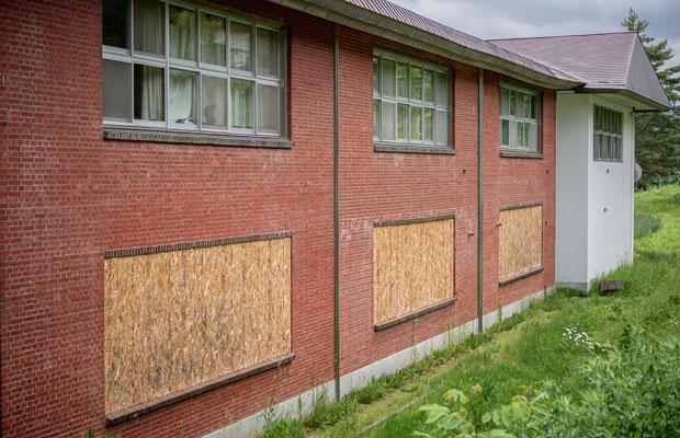 小学校の一部は煉瓦造り。窓は大きく幅は5メートルにもなる。(撮影:佐々木育弥)