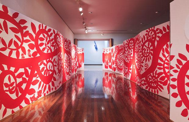 『おいでよ! 絵本ミュージアム』の展示風景。縄文文様のようにうねる木々をMAYAさんが現地で描いた。(撮影:小川真輝)