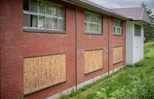 煉瓦造りの小学校の校舎。窓に貼られた板の1枚は幅5メートルにもなる。(撮影:佐々木育弥)
