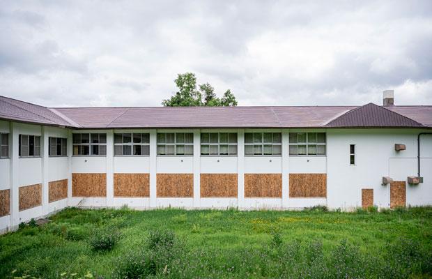 白い壁の小学校の校舎。こちらにも大きな窓板が10枚ある。(撮影:佐々木育弥)