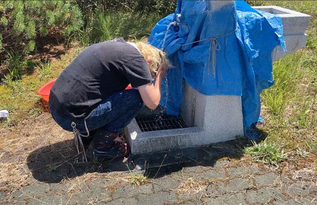 あまりの暑さに水道水をかぶるMAYAさん。
