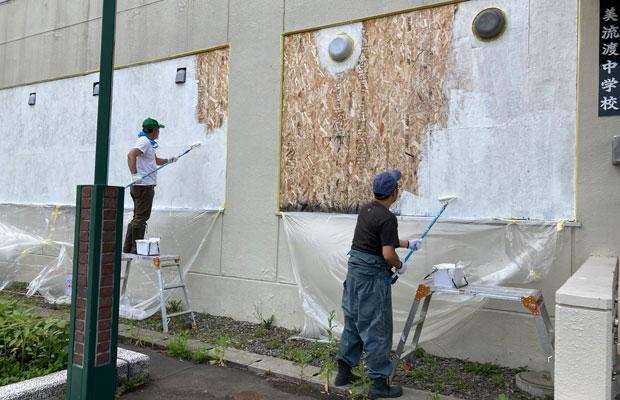 札幌市立大学の教授を務めていたアーティストの上遠野敏さんや、イラストレーターの大西洋さん、バーナーでガラス細工を制作する杉山裕仁さんなど多彩な顔ぶれが集まってペンキを塗ってくれた。