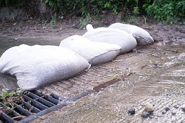 土砂や雨水をせきとめる、土のう袋の写真