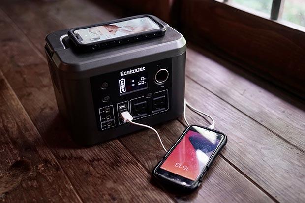 蓄電池ポータブル電源にスマホをつないで充電している写真