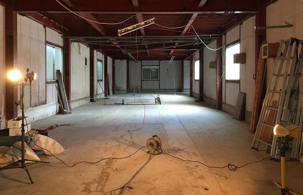 既存の壁などを解体した段階の空間。