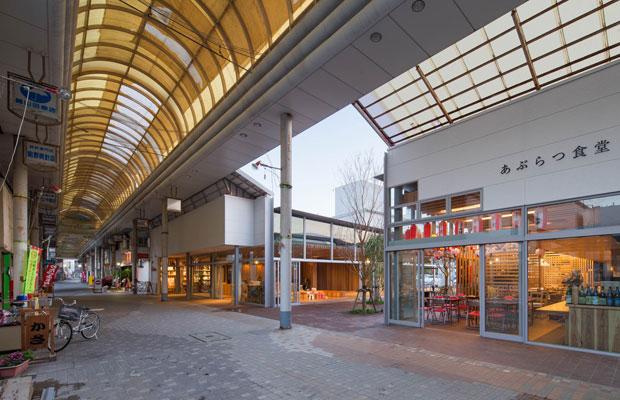 中核となる3つの施設、多世代交流拠点〈油津YOTTEN〉、コンテナを利用した店舗群の〈ABURATSU GARDEN〉、新しい屋台村形式の〈あぶらつ食堂〉がオープンし、商店街の開発がひと段落したときの様子。