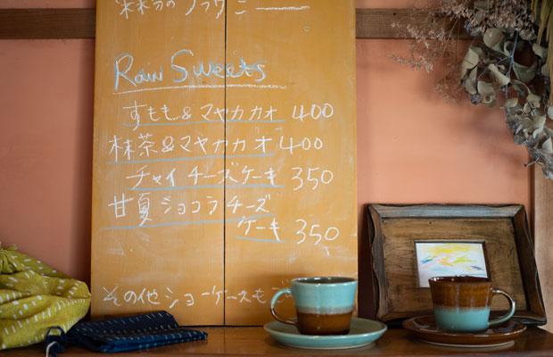 サーモンピンクの壁、黄土色のメニューボードなど、色がつくりだす店内の雰囲気がいい。