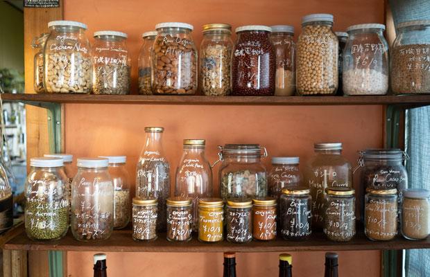 ずらっと並ぶ量り売りのスパイスやナッツなどの食材。