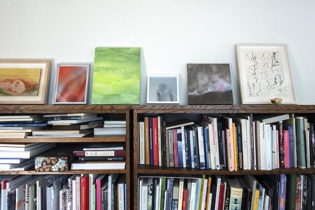 アトリエに置かれた書架。
