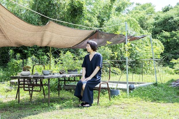 庭に佇む川内さん